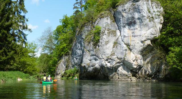 Auf der Donau paddeln wir durch die malerische Natur der Schwäbischen Alb.
