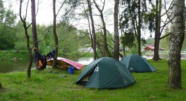Nach einem ereignisreichen Tag ruhen sich Kanu und Besatzung am Ufer der Moldau aus.
